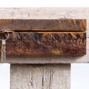 Minimalistyczny drewniany wieszak na klucze Square Upcycling
