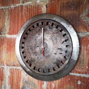 Stalowy ścienny zegar ze starej piły tarczowej Square Upcycling
