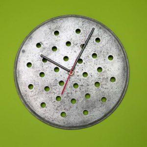 Okrągły zegar ścienny w kropki z sita od kotła Square Upcycling