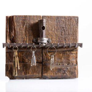 Wieszak na klucze ze starego drewna i starych grabi Square Upcycling