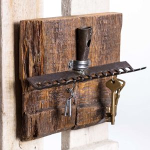 A rustic key holder made of steel garden rakes and old wood Square Upcycling