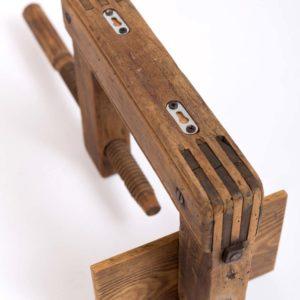 Upcyclingowa drewniana półka na książki ze starego ścisku stolarskiego Square Upcycling