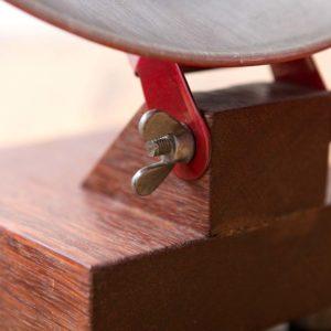 Upcyclingowa lampka biurkowa ze starego radzieckiego grzejnika Square Upcycling
