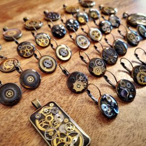 Upcycled steampunk earrings made of gears from old watches and epoxy resin Square Upcycling