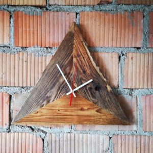 Dreieckige Wanduhr aus Altholz Nachhaltigkeit Reuse Square Upcycling