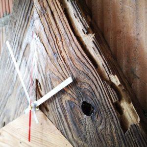 Zegar trójkątny ze starego drewna Square Upcycling